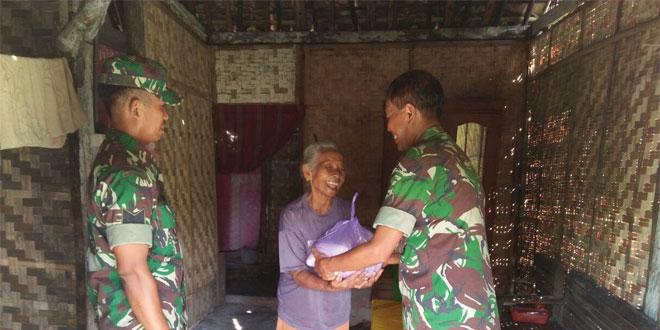 Anggota TNI Koramil Tawangharjo Bagi Sembako