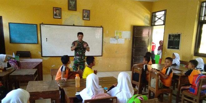 Babinsa Koramil 11/Warungasem Mengisi Wawasan Kebangsaan Di Sekolah Dasar