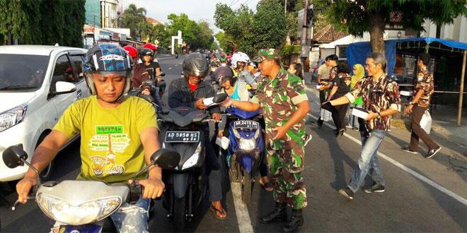Tingkatkan Kemanunggalan TNI-Rakyat Koramil 03 Serengan Bagi-Bagi Takjil