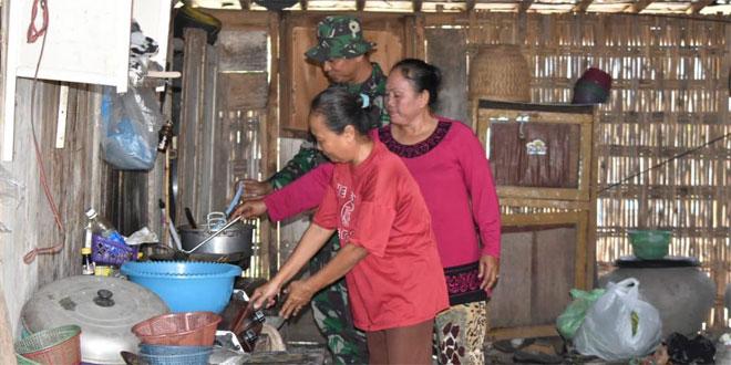 Dengan Sabar dan Telaten Ibu Suti Melayani Satgas TMMD Kodim Demak