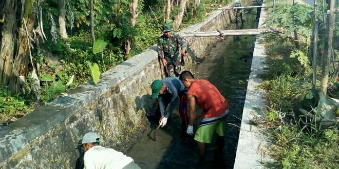 Babinsa Koramil 01/Kota Bersama Petani dan Warga Bersihkan Saluran Irigasi
